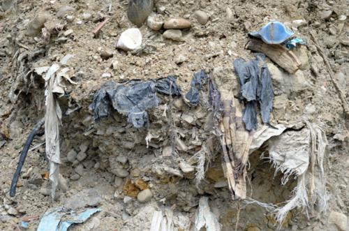 Dettaglio stratificazione rifiuti sul torrente tiepido